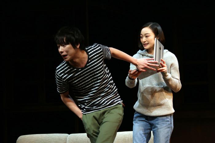 『家庭内失踪』(右から)小野ゆり子、落合モトキ