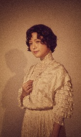 川島海荷、自身のインスタグラムで舞台『アンナ・カレーニナ』のビジュアルを公開