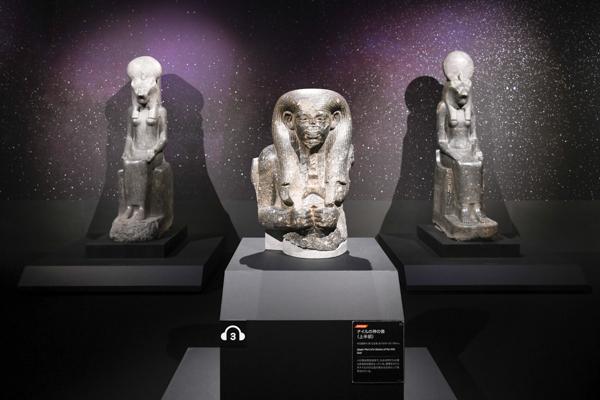 手前:《ナイルの神の像(上半部)》中王国時代・第12王朝、前1976〜前1794年頃  奥:《セクメト女神座像》新王国時代・第18王朝、アメンヘテプ3世治世、前1388〜前1351年頃