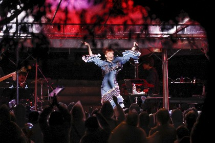 元・宝塚トップ・龍 真咲が世界遺産・金峯山寺に妖精のごとく舞い降りる  のべ23曲の熱唱に1,300人が総立ち&涙を流す観客も