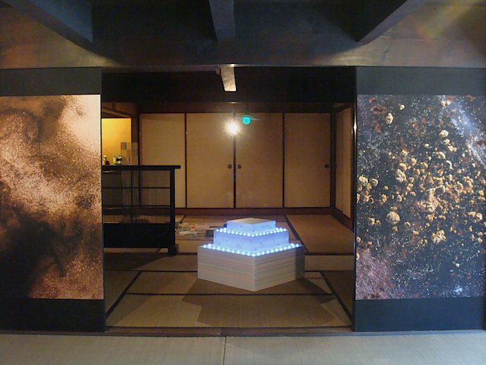 6人のアーティストの多彩な作品が混在する、「石原邸」の一室