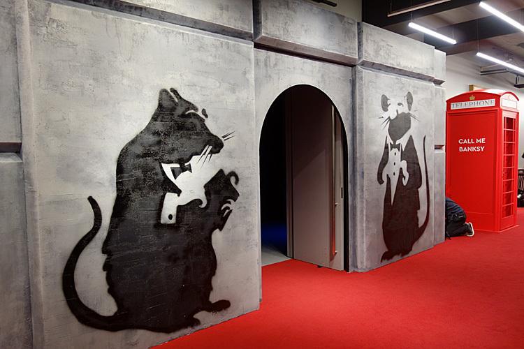 会場入り口。バンクシー作品でおなじみのネズミの穴から入る。