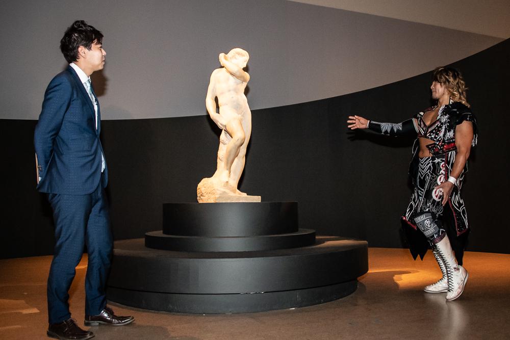 《ダヴィデ=アポロ》のベストアングルを探す棚橋(右) 「ここからなら、ウエストが細く見えるし大腿四頭筋も見える」