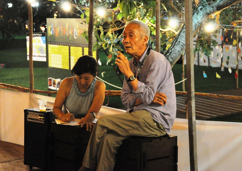 『台湾の、灰色の牛が背のびをしたとき』シンガポール公演で観客からの質問に答える松本雄吉(2011年撮影)