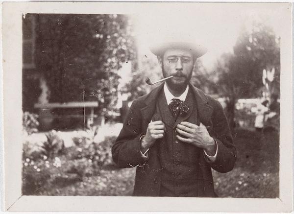 《ル・グラン=ランの庭で煙草を吸うピエール・ボナール》1906年頃 モダン・プリント 6.5×9cm  オルセー美術館 (C)RMN-Grand Palais (musée d'Orsay) / Hervé Lewandowski / distributed by AMF