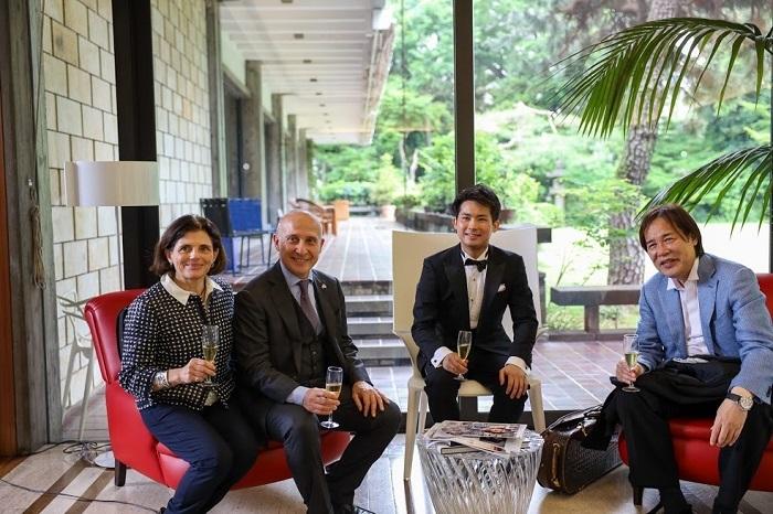左 から: マテルダ ・ベネディッティ・スタラーチェ 大使夫人、ジョルジョ・スタラーチェ大使、三浦文彰、徳永二男