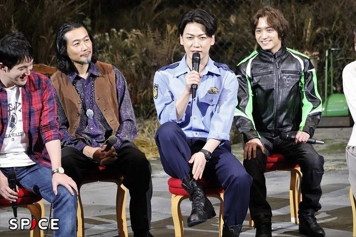 亀梨和也(中央)はズボンの裾inをアピール