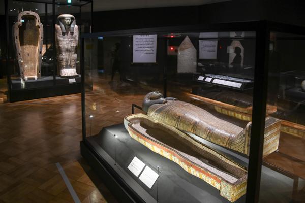 手前:《タイレトカプという名の女性の人型棺・内棺》 奥:《タイレトカプという名の女性の人型棺・外棺》 第3中間期末期〜末期王朝時代初期・第25〜26王朝、前746〜前525年頃