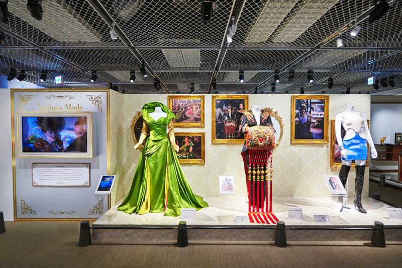 映画『シンデレラ(2015年)』、『102』などで使用された  衣裳や小道具も展示