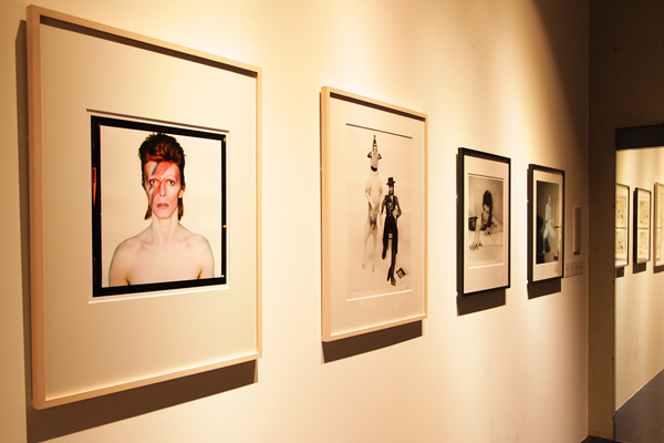 浮世絵の元となった写真も展示。手前・ブライアン・ダフィ『アラジン・セイン』その横・テリー・オニール『ダイアモンド・ドッグス』