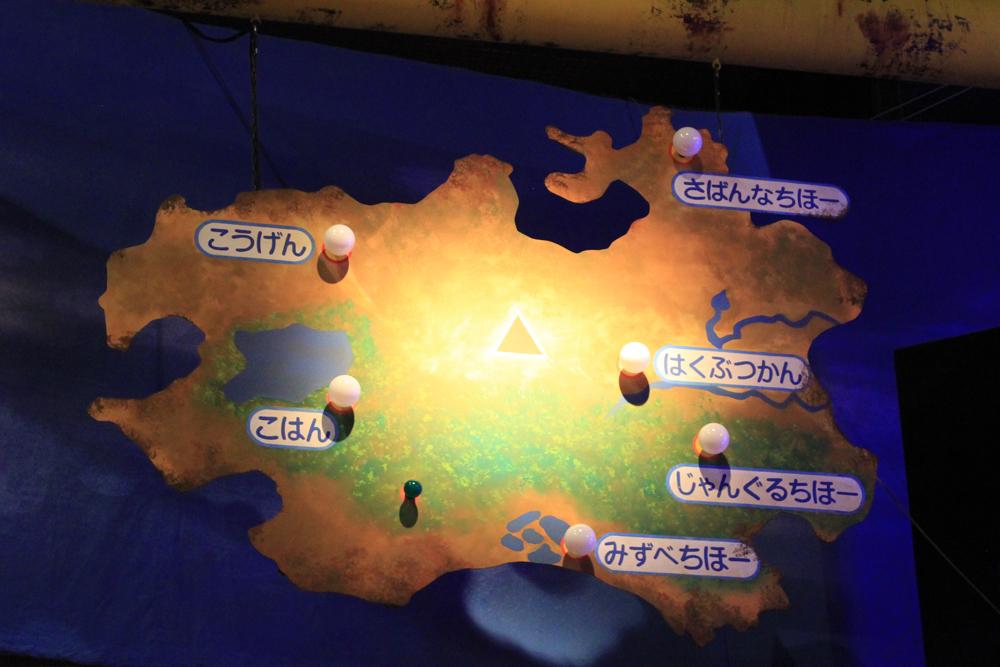 写真:舞台左右上部には地図があり、彼女たちがどこにいるかが示される。