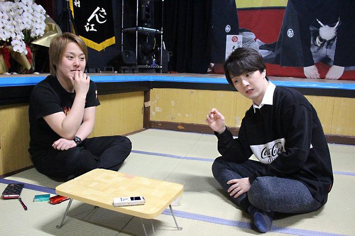 インタビュー中の小祐司座長(右)と翔也座長(左)
