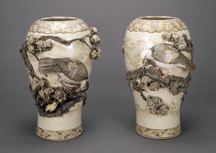 初代宮川香山《鳩桜花図高浮彫花瓶》1871-82年頃
