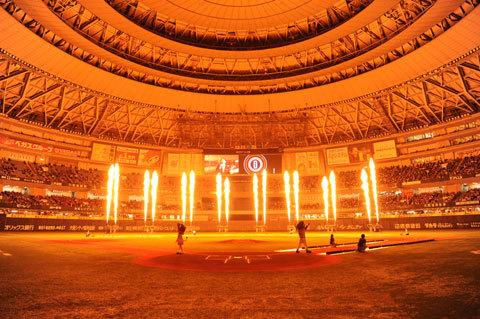 過去10年間のスター選手の登場曲に合わせて、炎と光のダンスショーが開催