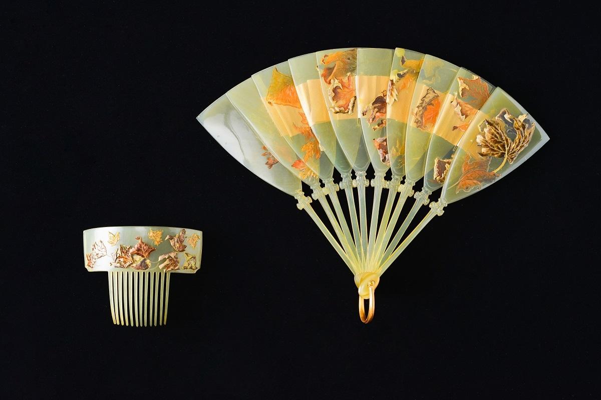 扇と櫛《落ち葉》1899-1900年頃 獣角、金、エナメル、絹製リボン
