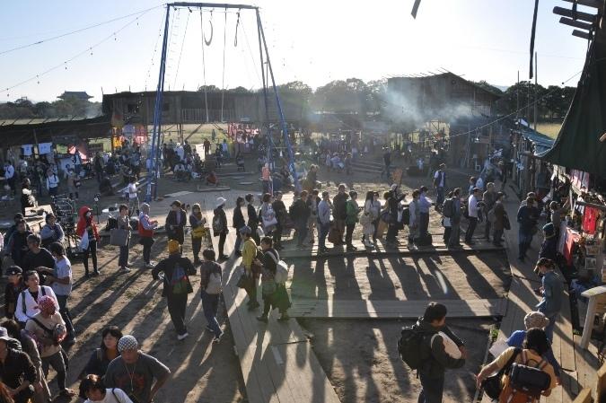 開演前の屋台村の様子。中央の長蛇の列は、人気の屋台「モンゴルパン」の行列。 [撮影]吉永美和子