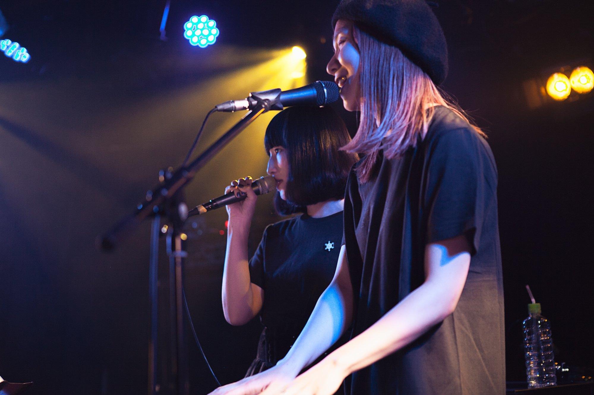 左からUNIDOTS・瑞葵、クアイフ・森彩乃(Vo)