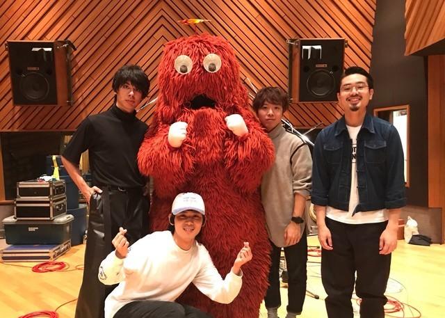 スタジオでレコーディング中のOKAMOTO'Sと、応援に駆けつけたムック。