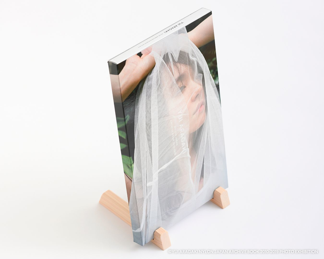 ブックスタンド (C)YUI ARAGAKI NYLON JAPAN ARCHIVE BOOK 2010-2019 PHOTO EXHIBITION