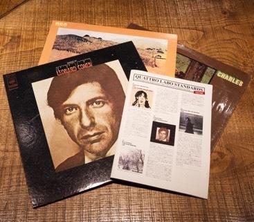 Facebookページやホームページで紹介してきたオススメのレコード作品をフリーペーパーにまとめた『QUATTRO LABO STANDARDS』。お店にあるレコード50作品が写真つきで掲載されているので、これを見ながらリクエストするのも◎。