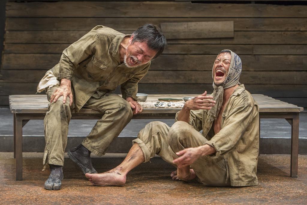 鄭義信『赤道の下のマクベス』 (右から)池内博之、平田満  撮影:谷古宇正彦(2018年)