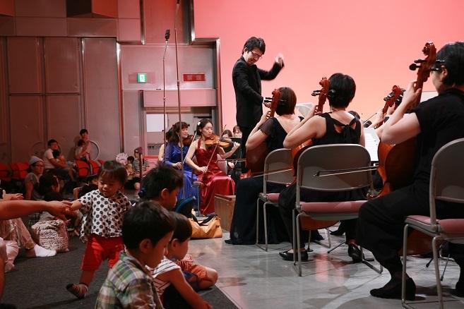 今回の会場は客席前列とステージの段差が無く…。当然そこには子どもたちの姿が。 写真提供:西宮きらきら母交響楽団