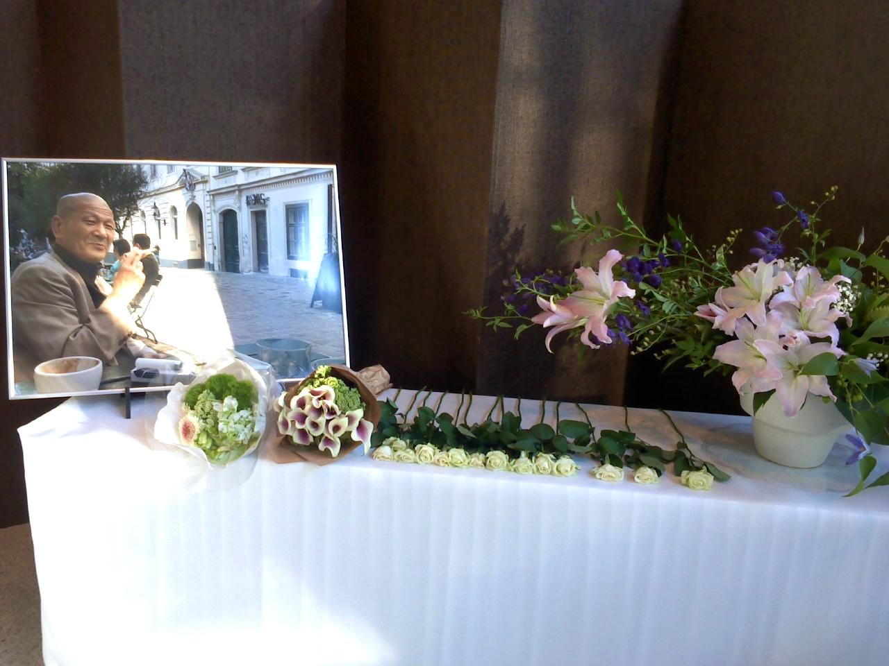 ホール入り口に設置された献花台 ©Hiroshi Tsutsumi