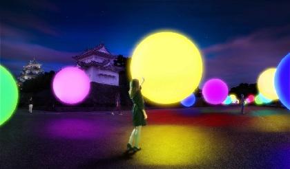 夜の名古屋城をアート空間に変える『チームラボ 浮遊する、呼応する球体 - 名古屋城』開催