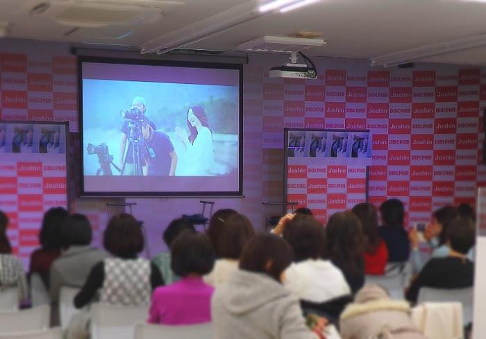 開演前のイベント会場ではミュージックビデオのメイキング映像が流れた