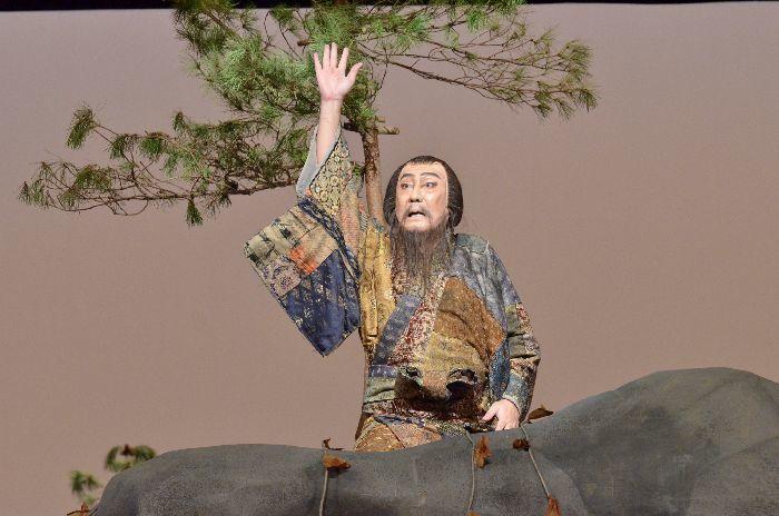 歌舞伎『平家女護島 俊寛』で、俊寛を演じる中村芝翫。ホールに回り舞台がないので、岩場は人力で動かしたようだ