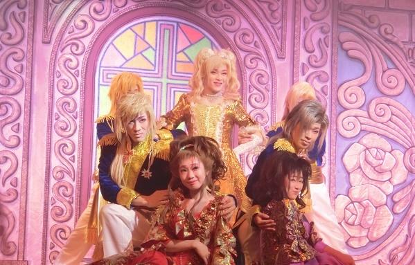 左から澤村龍太郎さん、沢村ゆう華さん、澤村千夜座長、沢村鈴華さん、澤村悠介さん。画面が華やかな洋風のショーも。(2015/11/8)