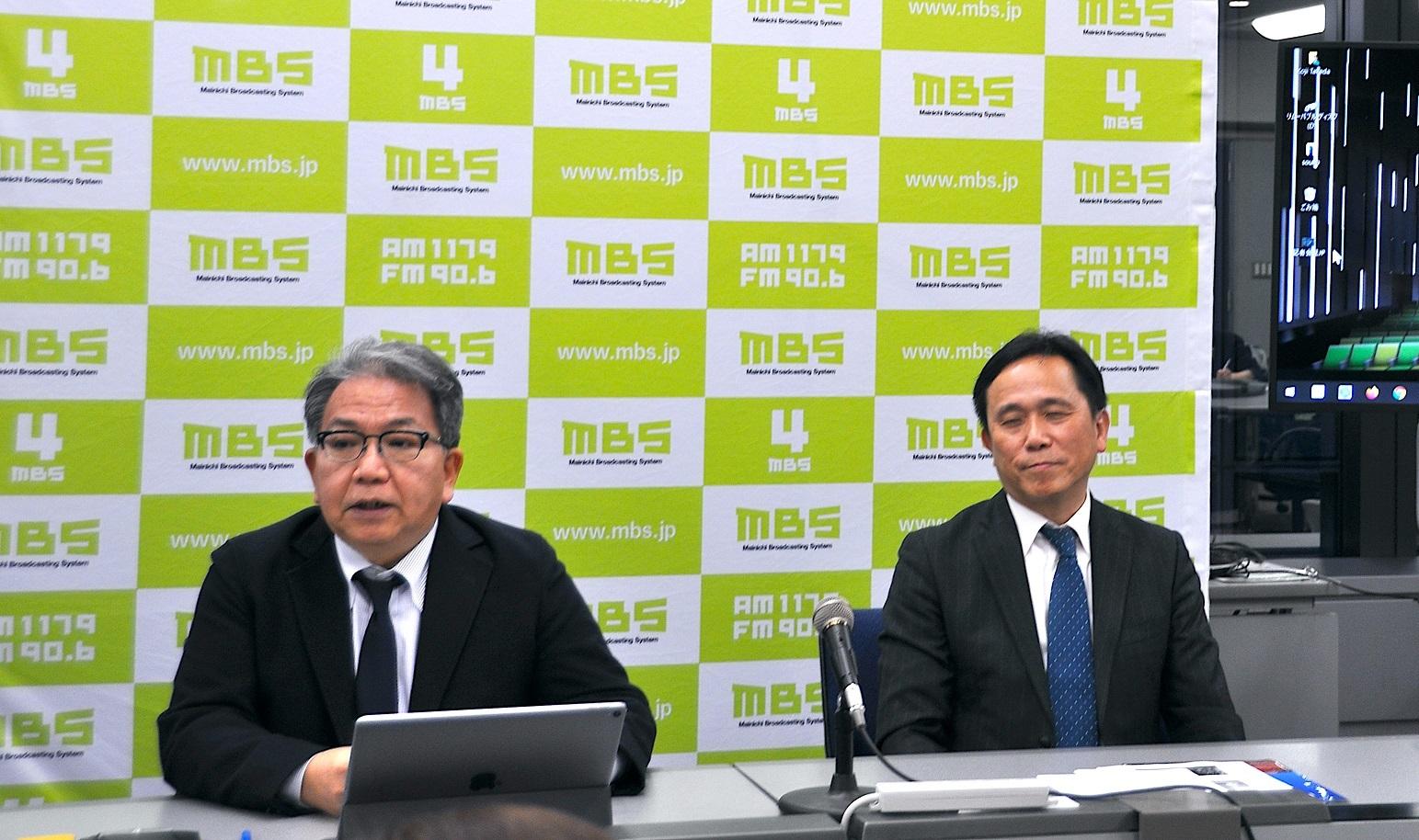 記者会見で説明する「MBSメディアホールディングス」の黒田雅浩氏(左)と武田浩治氏(右)。 撮影=吉永美和子
