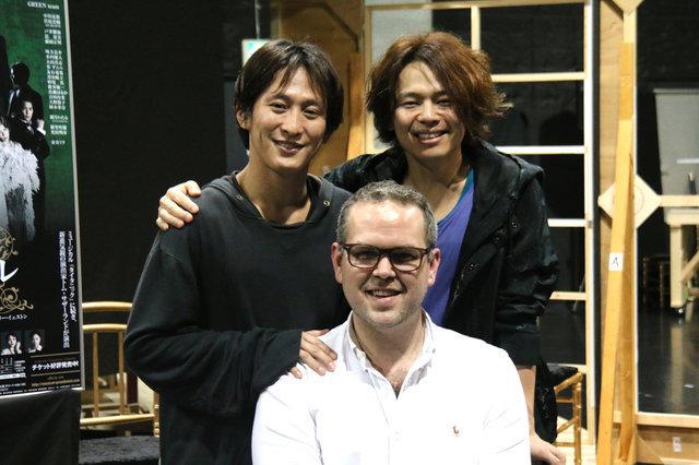 (左から)成河、トム・サザーランド(演出)、中川晃教