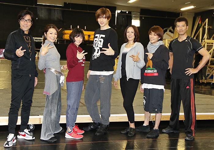 (左から)岸谷五朗、マルシア、大原櫻子、城田優、蘭寿とむ、平間壮一、寺脇康文
