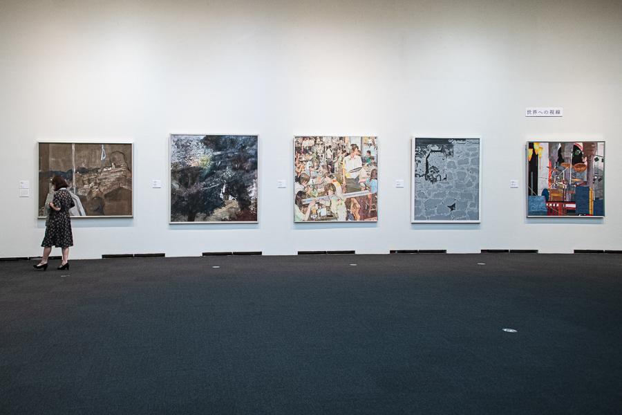 広い展示スペースに、1辺が160cmを超える作品が並ぶ。