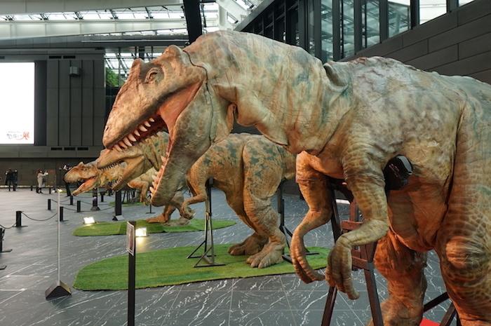 手前から:アロサウルス1号、2号、3号