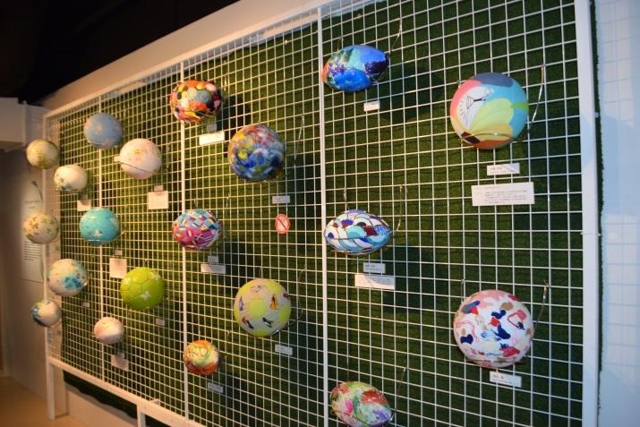 「リボーン・アートボール」 新たな生命が吹き込まれアート作品として楽しめるアートボールを多数展示