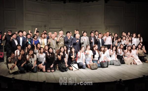 制作関係者、俳優、学生たちなど開幕記念式参加者全員で記念撮影