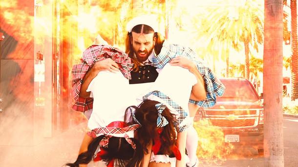 LADYBABY「アゲアゲマネー ~おちんぎん大作戦~」ミュージックビデオのワンシーン。