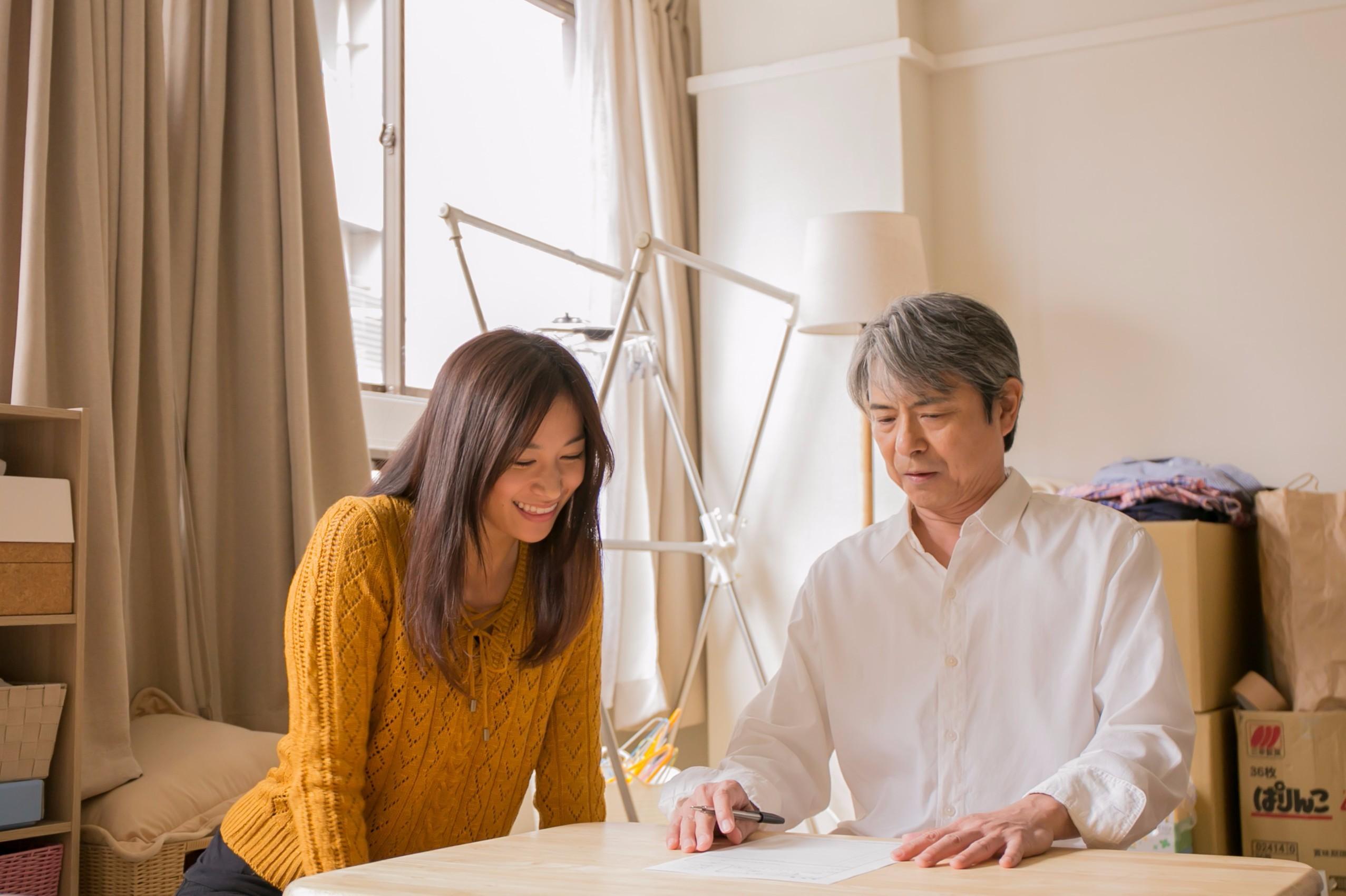 高橋ユウ演じる元子(左)と升毅演じる豊田(右) (C)2016「闇金ドッグス4&5」製作委員会
