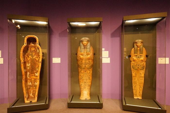 右:《アメンヘテプのミイラ覆い》、中央・左:《アメンヘテプの内棺》(ともに紀元前1076年〜944年頃)