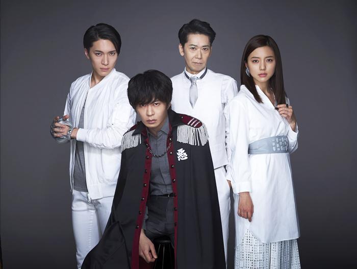 撮影:鈴木心 左から松下優也、田中圭、手塚とおる、真野恵里菜