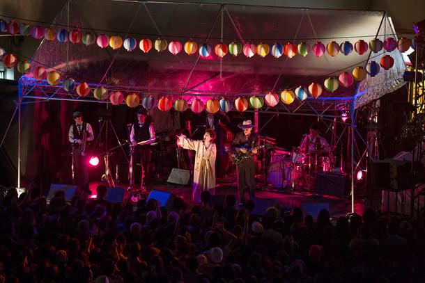 本日10月15日に大阪・泉ヶ丘駅前 いずみがおか広場にて行われたワンマンライブ「泉北メロディー夜市」の様子。