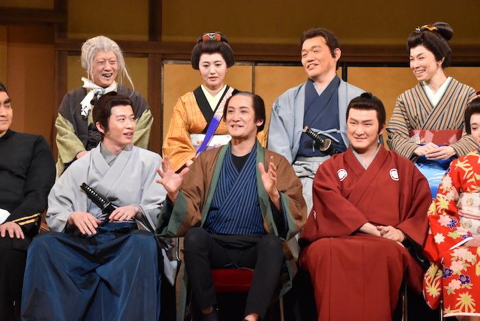 (前列左から)田中圭、松岡昌宏、中村獅童/(後列左から)中村蝶紫、磯山さやか、飯尾和樹、高田聖子