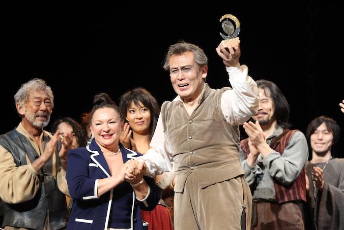2012年8月、『ラ・マンチャの男』1200回目公演の日。脚本の故デール・ワッサーマンの「この作品にふさわしい人に渡してほしい」という遺志により、66年にトニー賞を受賞した際のトロフィーが、ワッサーマン夫人から白鸚に授与された。 (東宝提供)
