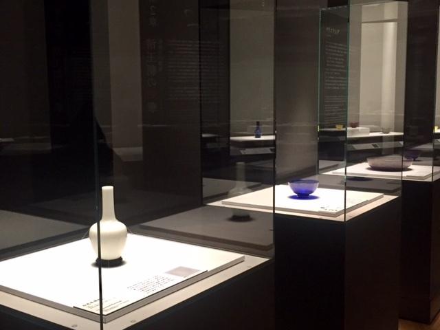 康熙帝・雍正帝の時代(1696-1735)を代表するガラスとして、今回特別に出品された3作品 「第1章:皇帝のガラスの萌芽―康熙帝・雍正帝の時代(1696-1735)」(展示風景)