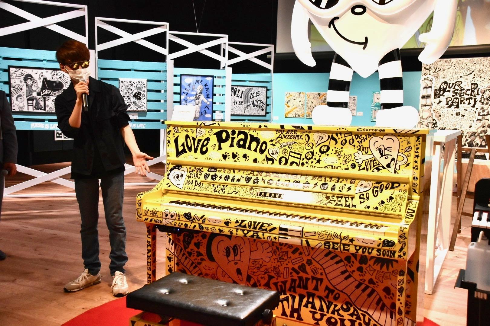 内覧会にはピアニストYouTuberのよみぃも来場。右:ヤマハストリートピアノ《LovePiano5号機》2020年