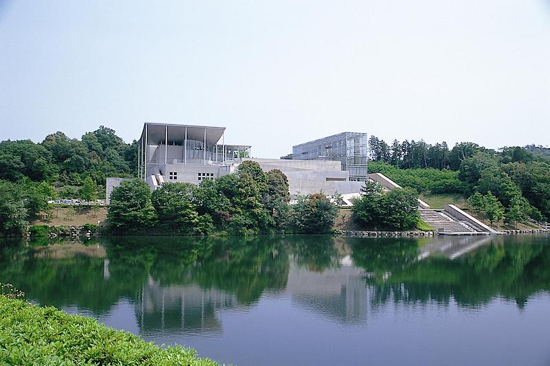 緑豊かな岡崎中央総合公園内にあり、ガラス張りの美しい建物が特徴的な「岡崎市美術博物館」