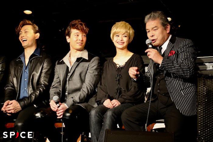 スタッフと言い争う内田裕也のモノマネをしながら、ビートルズ初来日コンサートの裏話を披露する尾藤(写真右端)