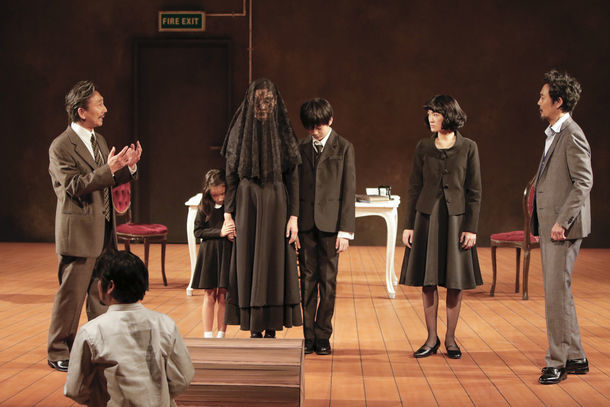 KAAT神奈川芸術劇場プロデュース「作者を探す六人の登場人物」より。(撮影:岡千里)